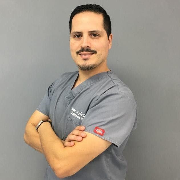 Dr. Omar Ayón - Implantes dentales en Tijuana